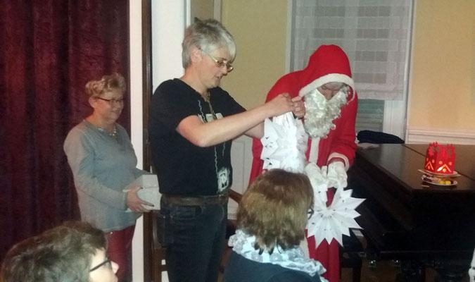 Der Nikolaus packt die Wundersterne aus, von seinen Engelchen hergestellt