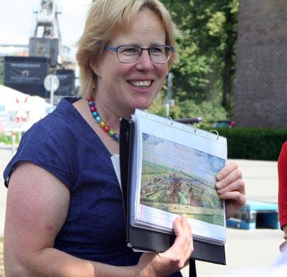 Die Stadtführerin erklärt die Geschichte des Hafens