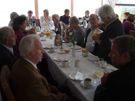 Gemeinsames Kaffeetrinken nach der Messe