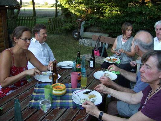 Den Gästen schmeckt das mitgebrachte Salatbüfett ...