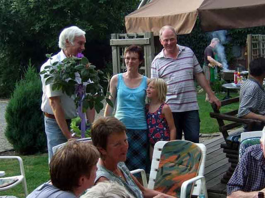 Natürlich übergibt Vorsitzender Franz Frye eine Blume an die Gastgeber