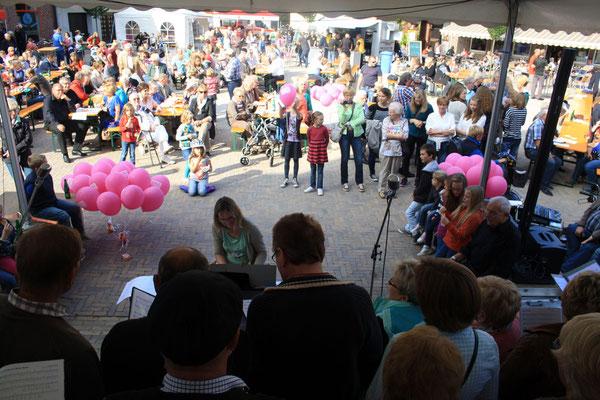 Blick über die Sänger auf den Marktplatz (Foto: Bernhard Sennekamp)