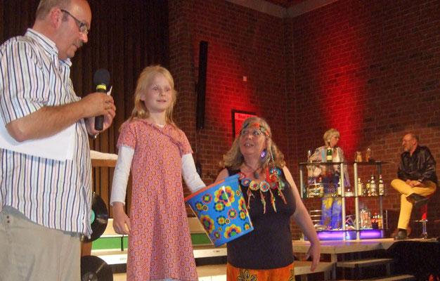 Die hübsche Jule zog die Gewinner, die an dem Quiz teilnehmen durften
