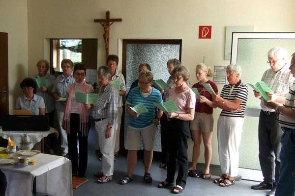 Singen der Chormitglieder im Marienheim