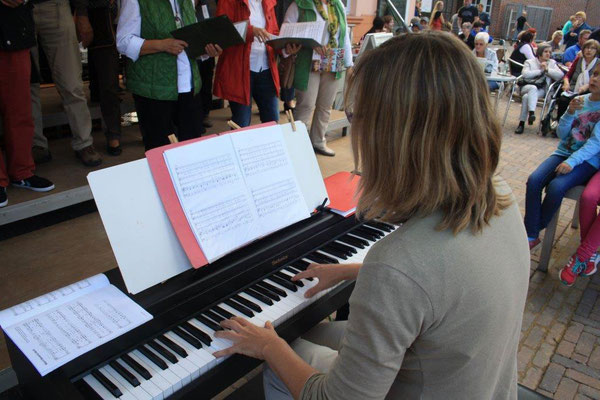 Chorleiterin Sigrid Hartmann begleitet den Chor (Foto: Bernhard Sennekamp)