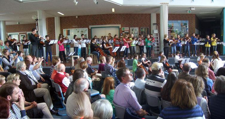 Die Streichergruppe 'Kinderorchester Olfen' ...
