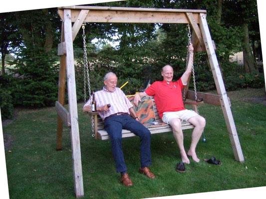 Berni und Hubert vergnügen sich in der Schaukel