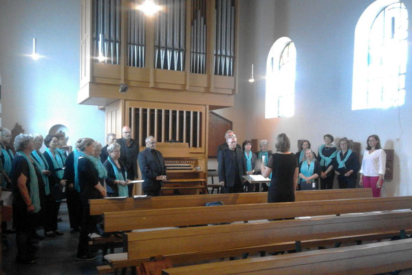 Die Chormitglieder in der Kirche