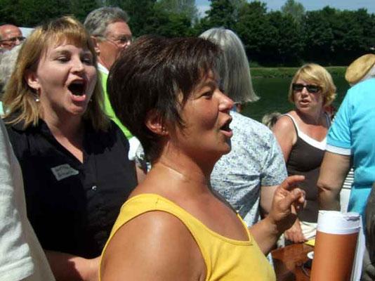 Auf dem Schiff machte das Singen bei dem herrlichen Wetter viel Spaß.