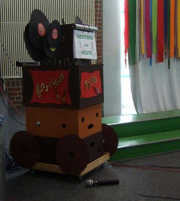Die Zeitmaschine. Die Kinder durften sie drehen und so 'wanderten' die Chöre von 1780 - 2013.