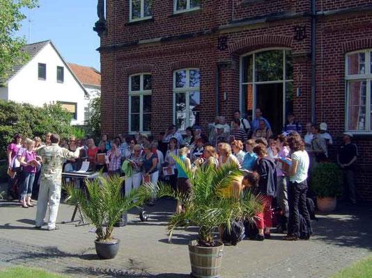 Die Sängerinnen und Sänger trafen sich zunächst auf den Stufen des Pfarrhauses St. Vitus, bevor es mit dem Bus zum Schiff nach Datteln ging.
