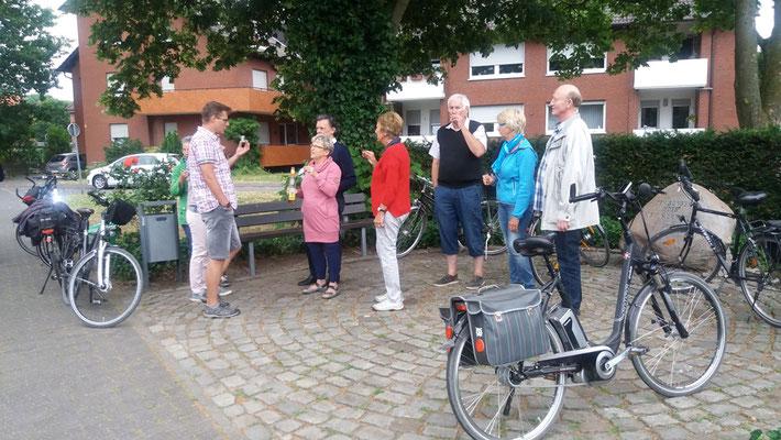 Ab Sängerlinde starten die Radler - Chormitglieder mit ihren Partnern
