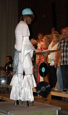 ... geleitet von Sigrid Hartmann in einem tollen Kleid mit besonderen hohen Stiefeln
