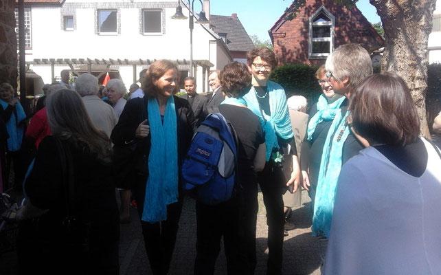 Nach der Messe treffen sich die Sängerinnen und Sänger mit Gottesdienstbesuchern