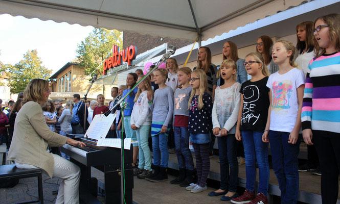 Jetzt die 'Großen', der Junge Chor ... (Foto: Bernhard Sennekamp)