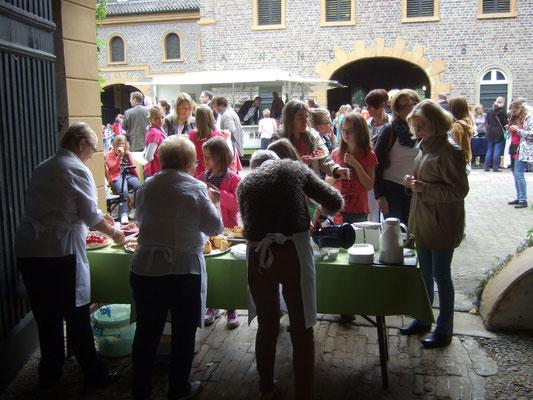 Mitglieder des Heimatvereins hatten das Kuchenbuffet organisiert