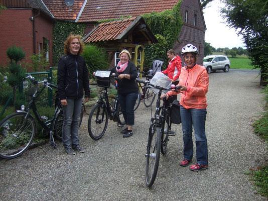 Die ersten Radler erreichen den Hof Pieper