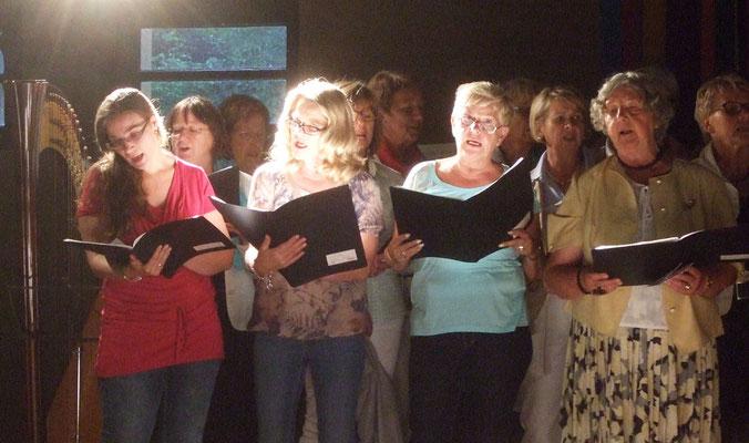 Eine zweite Aufführung gaben die Chormitglieder wegen der Regenschauer n der Veranstaltungshalle