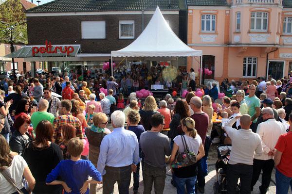 Viele Zuschauer bei herrlichem Wetter  (Foto: Bernhard Sennekamp)