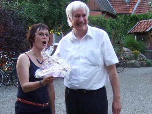 Franz Frye bedankt sich bei der Gastgeberin mit einem liebevoll dekorierten Geschenk