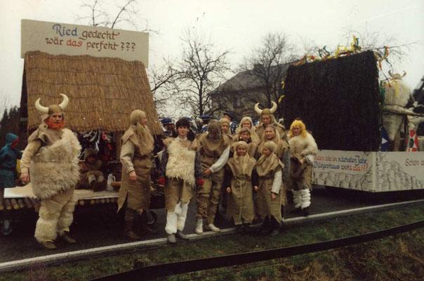 1988 -  Dach der neuen Stadthalle: 'Schon auf dem Thing der Urvorfahren, lag man sich darum in den Haaren. Ob Kupfer, Pfanne oder Zink, nur fertig werden muss das Ding!'