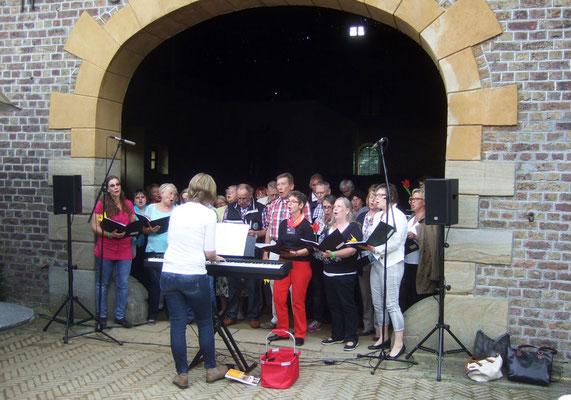 Die Chormitglieder singen vor der Halle ihre ersten Evergreens
