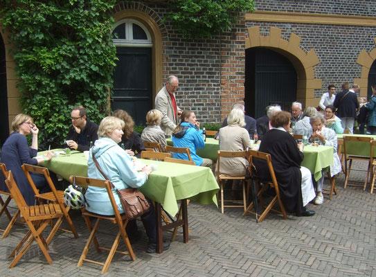 Die Gäste konnten an den Tischen essen und trinken