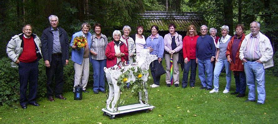 Die ersten Sängerinnen und Sänger sind auf der naturbelassenen Waldlichtung unserer Mitsängerin Gräfin vom Hagen eingetroffen