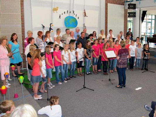 Das Abschlusslied sangen der Junge Chor und der Chor '82 gemeinsam