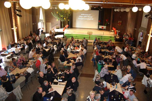Die Gäste in der voll besetzten Stadthalle