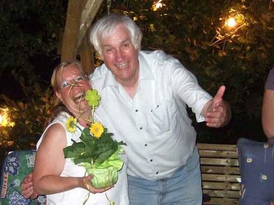 Um Mitternacht feiern die Chormitglieder einen Geburtstag. Franz Frye gratuliert ...