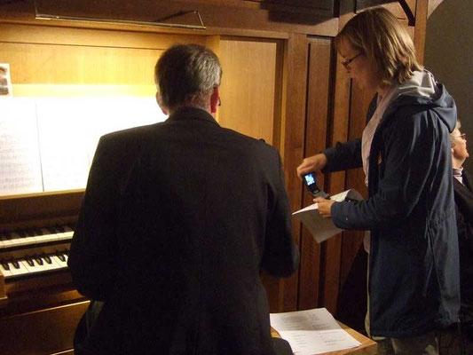 letzte Absprache zwischen Chorleiterin Sigrid Hartmann und Kantor Michael Kemper