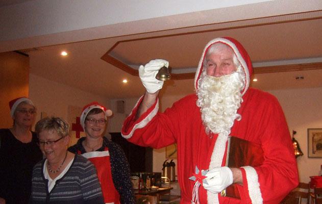 Und dann zeigt der Nikolaus einen der Sterne, die die Engelchen gebastelt haben.