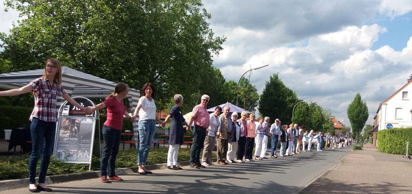 Zum Abschluss des Festes bildeten alle Teilnhmer eine lange Reihe und beteten gemeinsam das Vater Unser.