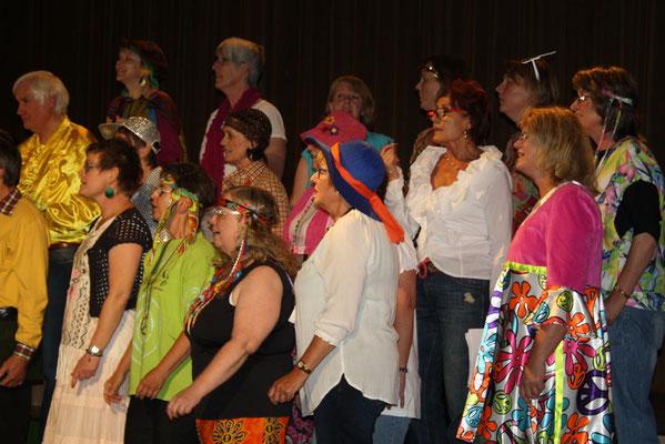 Die Chormitglieder - im Stil der 70er Jahre gekleidet - ...