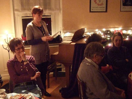 Die Sängerinnen und Sänger hörten gespannt zu.