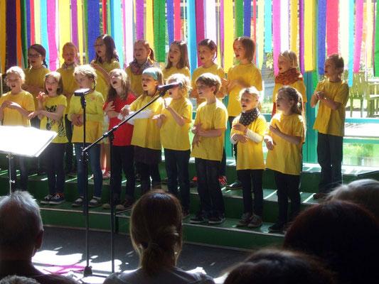 Mit viel Gefühl singen die Kleinsten