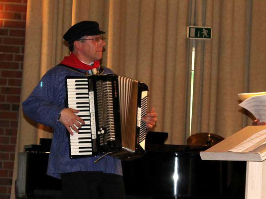 ... mit Kirchenmusiker Thomas Hessel als Chorleiter