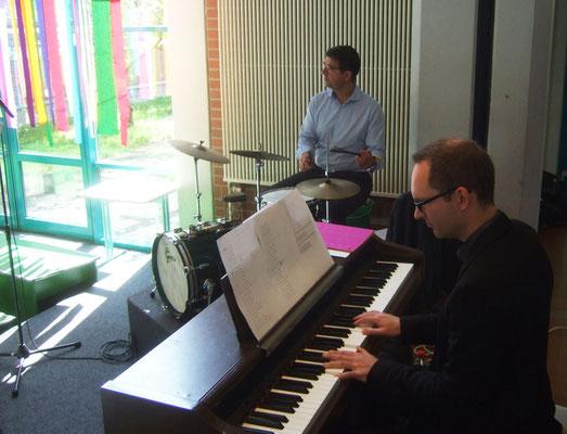 Exellente Begleitung: Hubertus Steiner (Schlagzeug) und Johannes Freiburg (Klavier)
