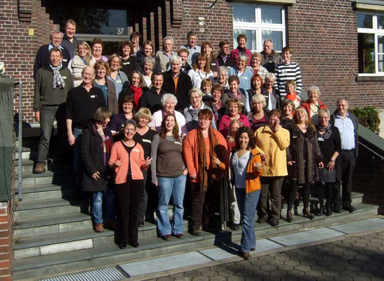 55 Sängerinnen und Sänger aus 6 Olfener Chören bilden ihre Stimme.