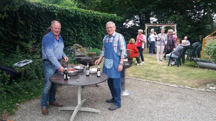 Die Grillmeister Heinz und Gerd haben den Grill schon angeworfen ...