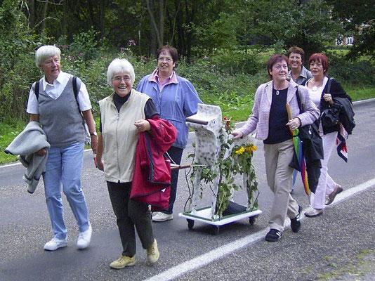 Ein Teil der Fußtruppe mit Chory unterwegs zum Sommerfest