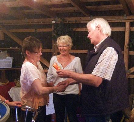 Unsere Gastgeberin erhält vom Vorsitzenden ein kleines Dankeschön ...