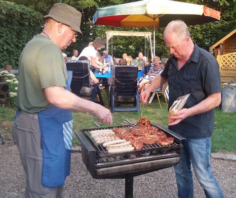 Gerd und Heinz legen leckeres Fleisch auf