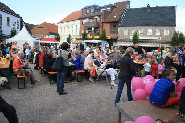 Bei herrlichem Wetter sind viele Gäste auf dem Marktplatz erschienen (Foto: Bernhard Sennekamp)