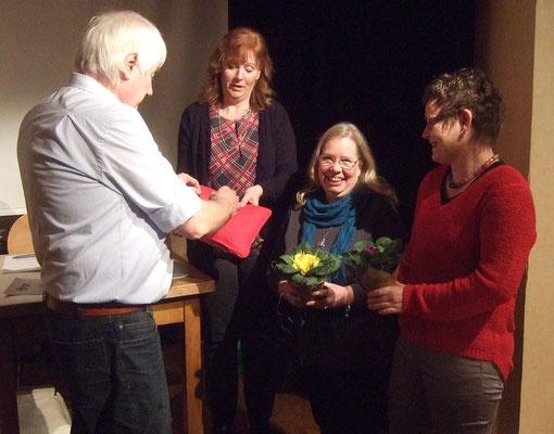 Franz Frye ehrt Dagmar Stutz und Ute Pieper für ihre 25-jährige Mitgliedschaft. Sabine Roark reicht ihm die Ehrennadeln.