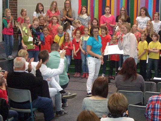 Sigrid Hartmann freut sich über das Geschenk der Chor-Eltern.