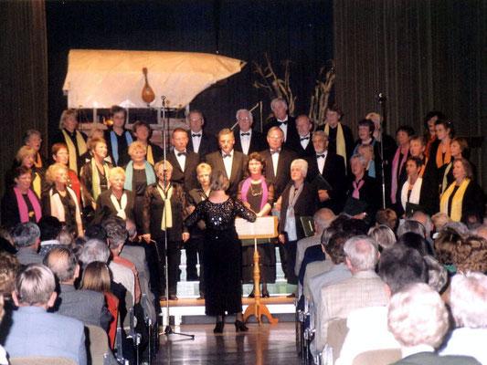 zu ihrem 20lährigen Jubiläum singt der Chor in der Stadthalle, als Dekoration ein 'echter' Zigeunerwagen
