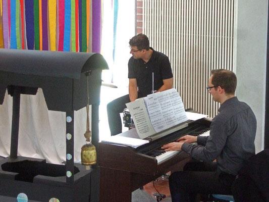... wird von Johannes Freiburg (Klavier) und Hubertus Steiner (Schlagzeug) begleitet.