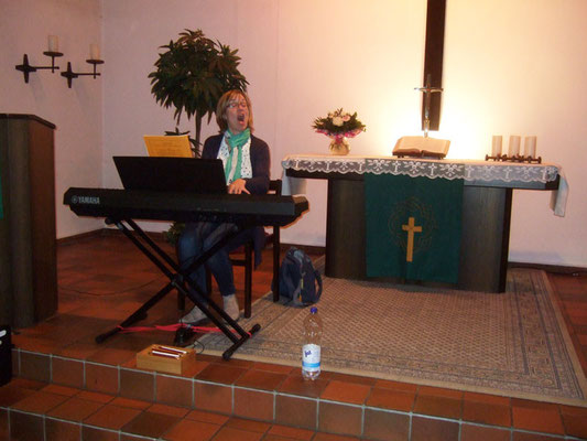 ... bis endlich die Chorleiterin mit dem Vorsingen beginnt ...